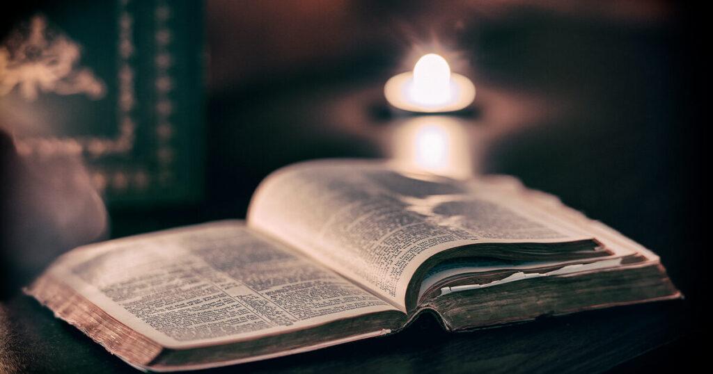 Bijbel met een kaars