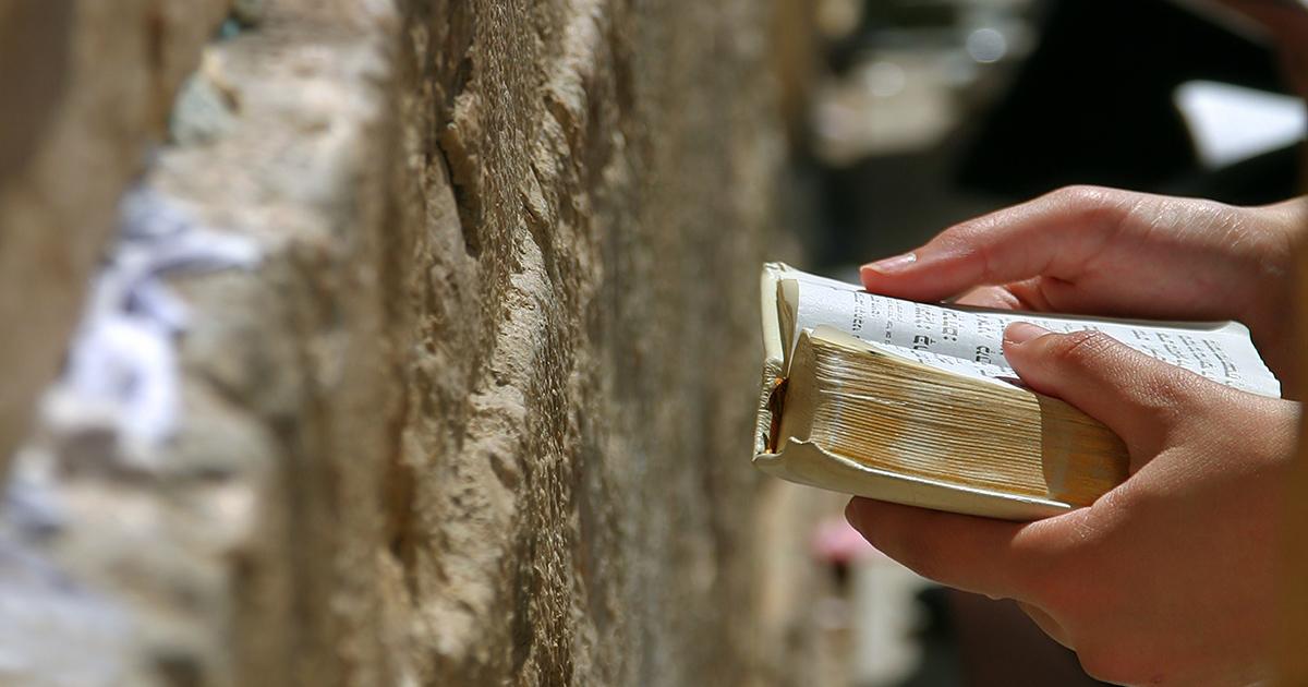 De Thorah wordt gelezen bij de Klaagmuur in Jeruzalem